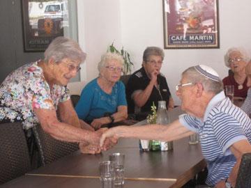 Nieuwe en hernieuwde contacten in de ouderengroep in de Sharon